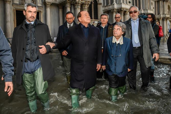 Бывший премьер-министр Италии Сильвио Берлускони во время посещения затопленной Венеции, 14 ноября 2019 года