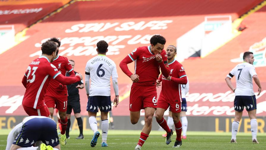 Трент Александер-Арнолд (в центре) празднует победный мяч в добавленное время
