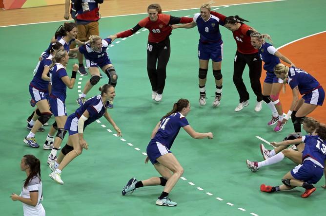 Женская сборная России по гандболу выиграла Олимпийские игры-2016, победив в финале команду Францию — 22:19. Радость девушек после триумфа