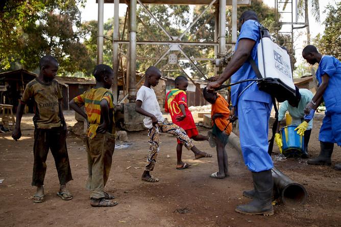 Дети и сотрудники Красного Креста в городе Форекарьа, Гвинея, 2015 год