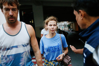 Александр Лесли (Александр Кириллов) и Анастасия Вашукевич (Настя Рыбка) около миграционного центра в тайском Бангкоке после ареста, 28 февраля 2018 года