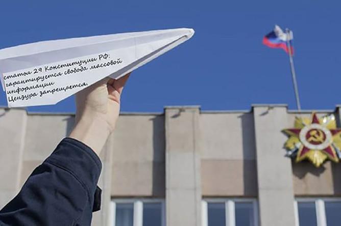 Россияне запускают бумажные самолетики из окон, 22 апреля 2018 года
