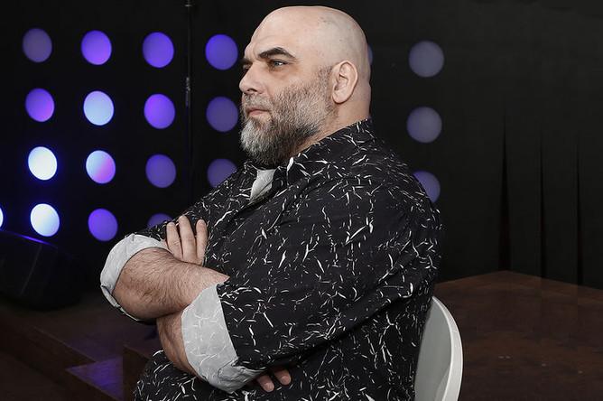 Журналист Орхан Джемаль во время прямого эфира ньюзикла «Господин Хороший» на телеканале «Дождь», 2013 год