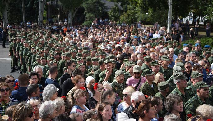 Военнослужащие и местные жители на церемонии прощания с главой ДНР Александром Захарченко, 2 сентября 2018 года