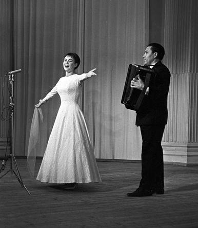Александра Стрельченко во время выступления, 1968 год