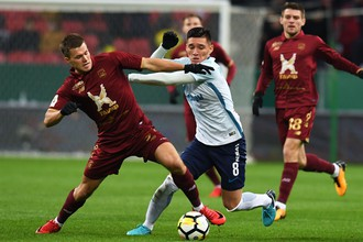 Нападающий «Рубина» Максим Канунников борется за мяч с полузащитником «Зенита» Матиас Краневиттер