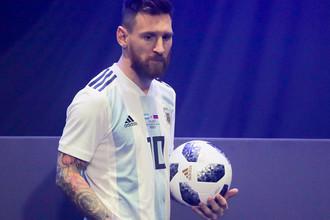 Лионель Месси с официальном мячом ЧМ-2018