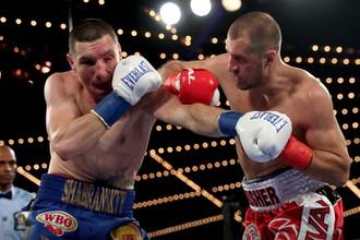 Российский боксер Сергей Ковалев сражается с украинцем Вячеславом Шабранским