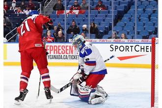 Филип Читил (справа) забрасывает шайбу в ворота сборной России