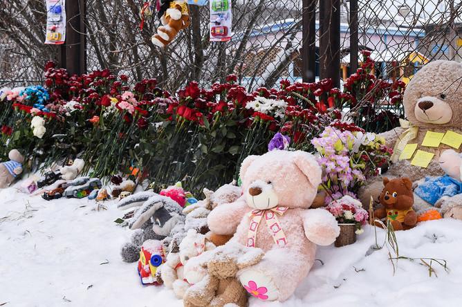 Цветы и игрушки у детского сада «Сказка» в Нарьян-Маре, где во время тихого часа был убит ребенок, 1 ноября 2019 года
