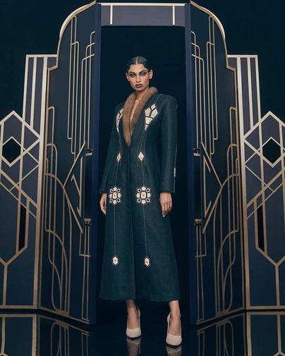Шерстяное пальто с воротником из винтажного меха и аппликацией в виде эмали, расписанной на фабрике «Ростовская финифть», созданное Ulyana Sergeenko
