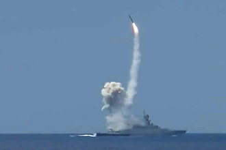 Пуск крылатой ракеты «Калибр» с малого ракетного корабля Черноморского флота из акватории Средиземного моря