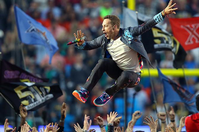 Группа Coldplay выступает на Super Bowl в Калифорнии, США, 2016 год