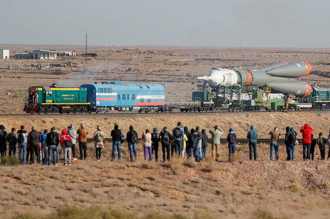 Ракета-носитель «Союз-ФГ» с пилотируемым кораблем «Союз МС-15» во время вывоза из монтажно-испытательного корпуса на стартовую площадку на Байконуре, 22 сентября 2019 года