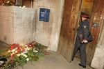 Уподъезда жилого дома поулице Лесной, где была убита журналистка «Новой газеты» Анна Политковская, 7октября 2006года