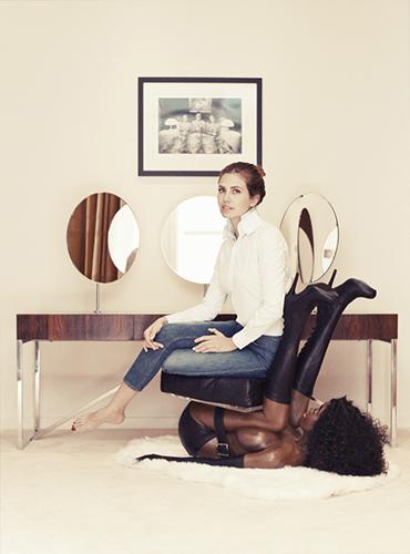 Сидит девушка на стуле и видно трусики
