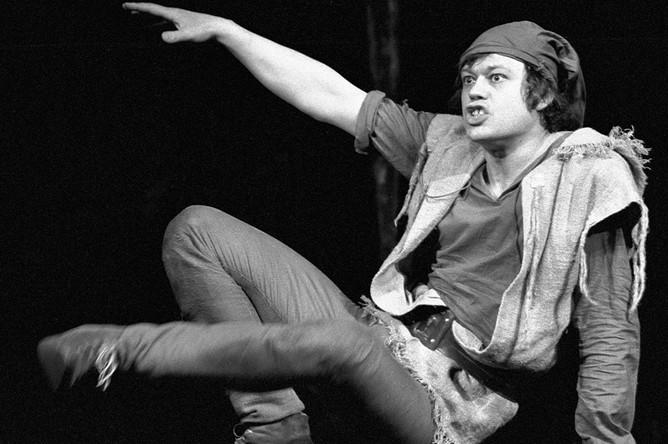 Спектакль 1974 года «Тиль» Григория Горина по Шарлю де Костеру, режиссер Марк Захаров. Караченцов — Тиль Уленшпигель