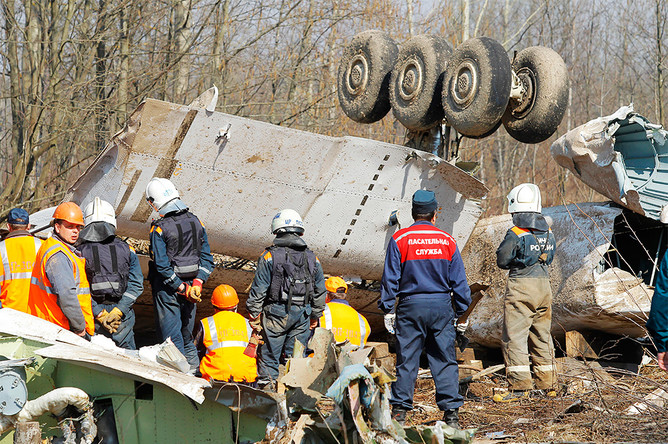 Спасательные службы продолжают работы на месте крушения польского правительственного самолета Ту-154 под Смоленском