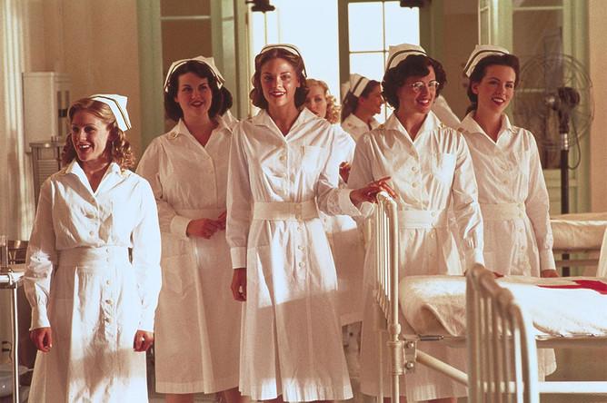 Бен Аффлек и Дженнифер Гарнер вместе играли в военной драме «Перл-Харбор» (2001): актер исполнял главную роль лейтенанта Рэйфа Маккуоли, а актриса – роль медсестры (на фото вторая справа)