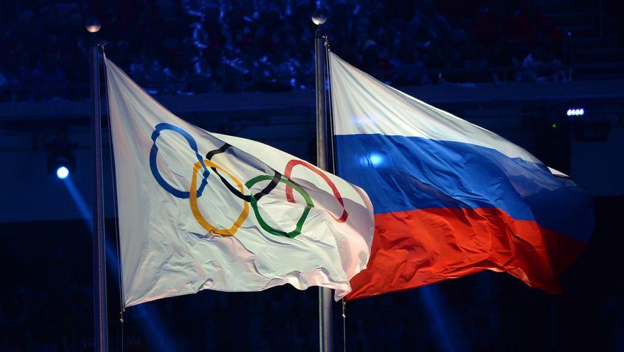 Олимпийский и российский флаги на церемонии открытия Олимпийских игр в Сочи