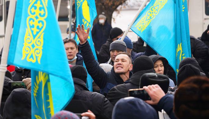Участники митинга в День независимости Казахстана на площади Республики в Алма-Ате, декабрь 2020 года