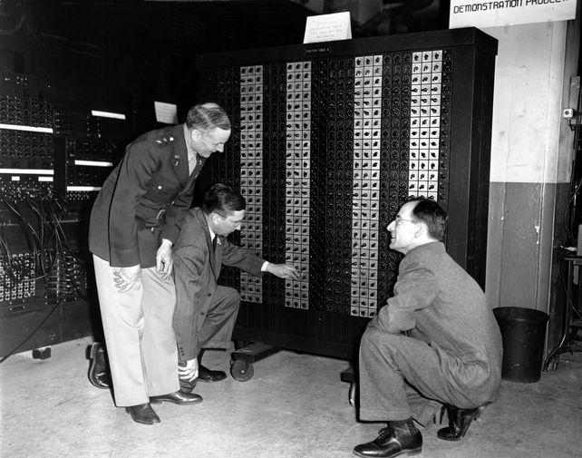 Генерал-майор армии США Гладеон М. Барнс, доктор Джон Г. Брейнерд и доктор Джон У. Мокли наблюдают за работой компьютера ENIAC, февраль 1946 года