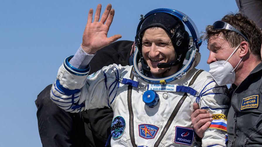 Космонавт Сергей Кудь-Сверчков после приземления корабля «Союз МС-17» в степи Казахстана, 17 апреля 2021 года