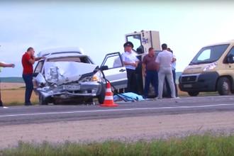 Кадр из репортажа телеканала «Крымский экран» о столкновении ВАЗ-2115 и фургона инкассаторов на автодороге Крымск – Джигинка