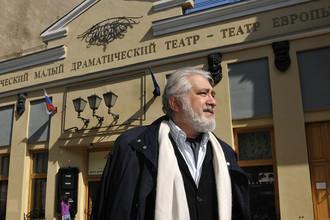 Режиссер Лев Додин у здания Малого драматического театра (МДТ), 2009 год