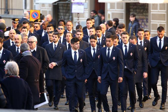 Игроки «Фиорентины» во время церемонии прощания с футболистом Давиде Астори во Флоренции, 8 марта 2018 года
