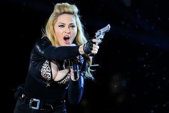Мадонна во время выступления в Брюсселе, 2012 год