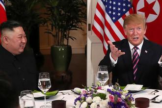 Президент США Дональд Трамп и лидер КНДР Ким Чен Ын во время встречи в Ханое, 27 февраля 2019 года