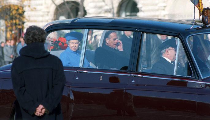 Визит королевы Великобритании Елизаветы II в Москву, 1994 год. На снимке: королева Елизавета II и ее супруг герцог Эдинбургский во время автомобильной прогулки
