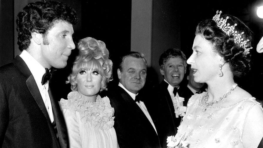 Том Джонс разговаривает королевой Елизаветой II перед выступлением в лондонском Палладиуме, 1968 год