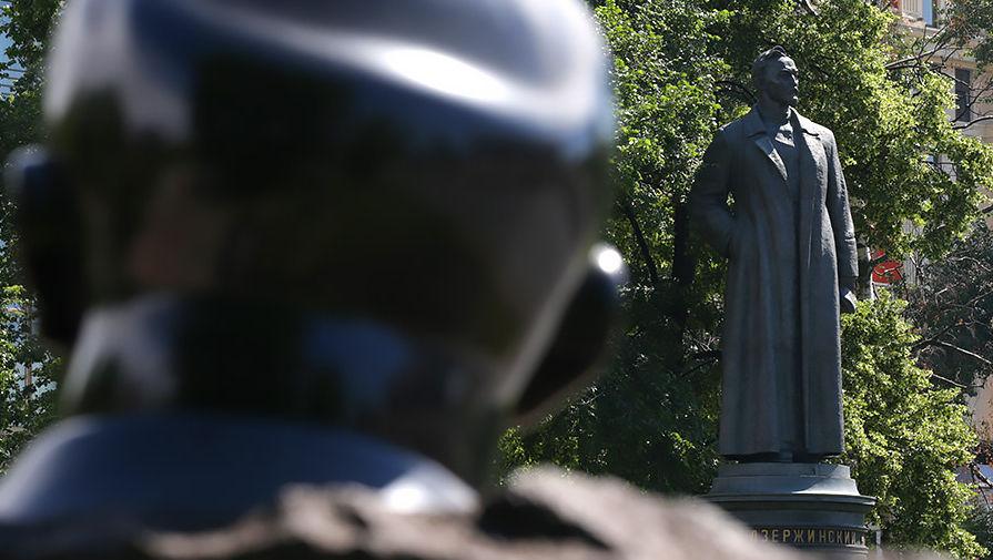 Памятник Ф. Дзержинскому (на втором плане) в Парке искусств «Музеон»