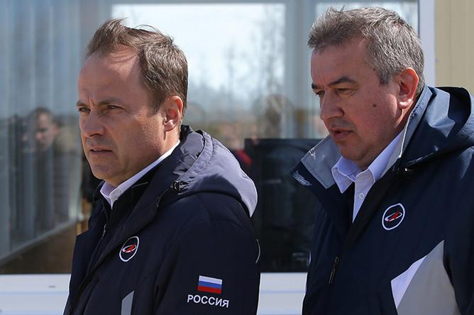 Глава «Роскосмоса» Игорь Комаров и первый заместитель главы «Роскосмоса» Александр Иванов (слева направо) на космодроме Восточный