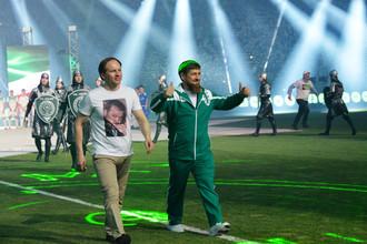 Глава Чечни Рамзан Кадыров (справа) на поле стадиона «Ахмат-Арена»