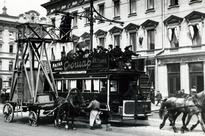 Укрепление электропроводов для трамвайного движения на Невском проспекте. 1907 год
