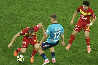 Полузащитник «Зенита» Олег Шатов борется с игроками тульского «Арсенала»