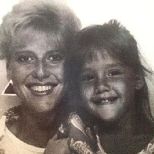 Джессика Альба в детстве. На фото с мамой Кэтрин