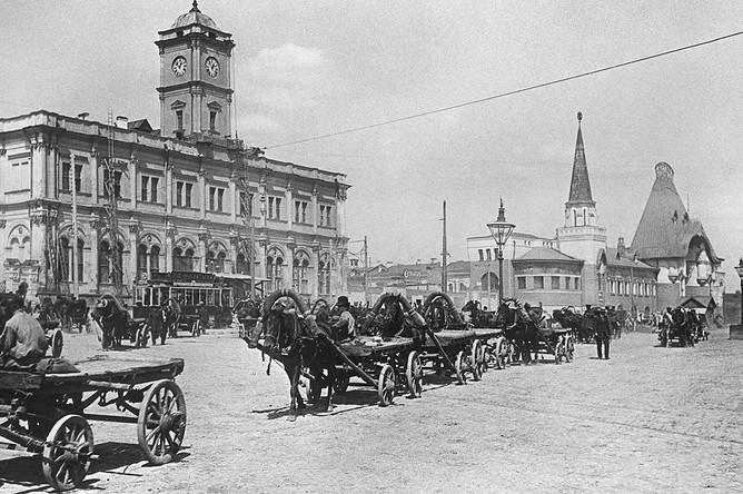 За свою жизнь вокзал сменил три названия: сначала он был Троицким, с 1870 по 1922 годы вокзал стал Ярославским, до 1955 года носил название Северного, а после к нему вернулось второе имя. На фото: Каланчевская площадь в Москве, 1890 год