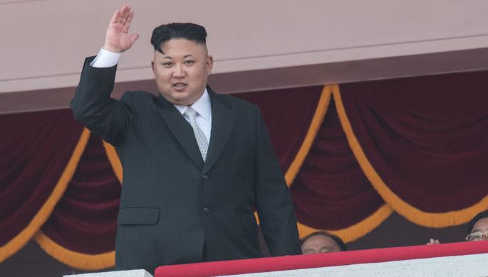 Ким Чен Ын приветствует зрителей