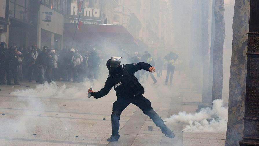 Во Франции протесты «желтых жилетов» переросли в столкновения с полицией