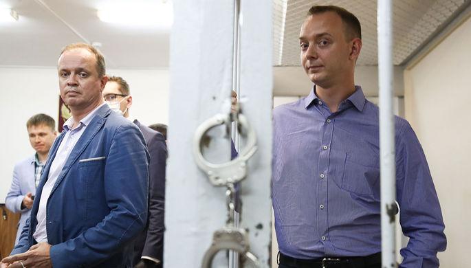 Адвокат Иван Павлов и советник генерального директора Роскосмоса по информационной политике Иван Сафронов (слева направо), задержанный по подозрению в государственной измене, 7 июля 2020 года