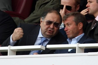 Хозяин «Челси» Роман Абрамович (справа) и держатель пакета акций «Арсенала» Алишер Усманов смотрят футбол