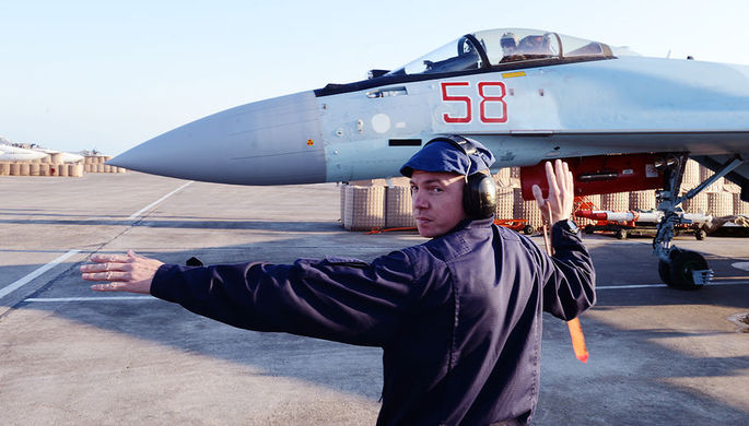 Многоцелевой сверхманевренный истребитель поколения 4++Су-35С начинает руление на исполнительный старт, авиабаза Хмеймим в Сирии, 21 апреля 2018 года