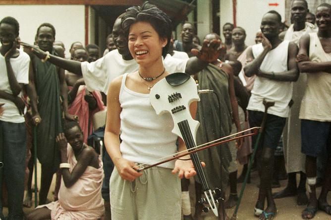 Ванесса Мэй во время визита в Южный Судан, 1999 год