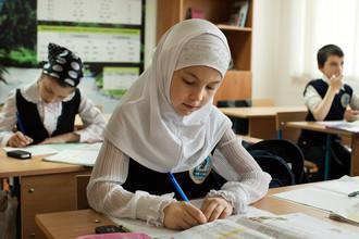 Испугавшись хиджабов, власти решили одеть всех школьников в одинаковую форму