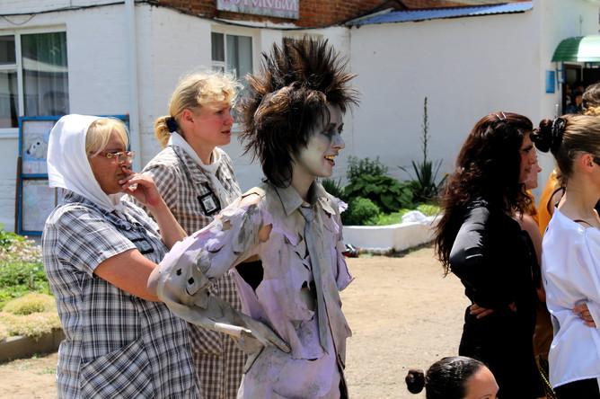 Некоторые девушки основательно загримировались к праздничному концерту