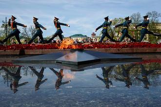 Президент Российской Федерации Владимир Путин с главами иностранных делегаций и почетных гостей на церемонии совместного возложения цветов к Могиле Неизвестного Солдата в Александровском саду